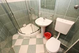 Ванная комната. Бечичи, Черногория, Бечичи : Апартаменты с балконом с видом на море