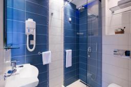 Ванная комната. Бечичи, Черногория, Будва : Стандартный номер c балконом 3*