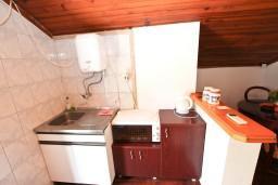 Кухня. Бечичи, Черногория, Бечичи : Апартаменты с отдельной спальней и с видом на море