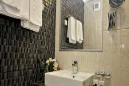 Ванная комната. Бечичи, Черногория, Бечичи : Двухместный номер