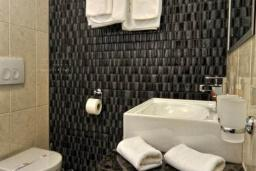 Ванная комната. Бечичи, Черногория, Бечичи : Трехместный номер