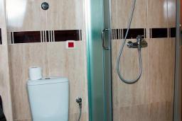 Ванная комната. Бечичи, Черногория, Бечичи : Двухместный номер с балконом