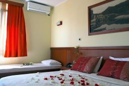 Спальня. Бечичи, Черногория, Бечичи : Трехместный номер с балконом