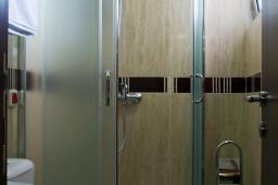 Ванная комната. Бечичи, Черногория, Бечичи : Трехместный номер с балконом