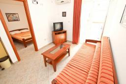 Гостиная. Будванская ривьера, Черногория, Петровац : Апартаменты на 4+1 персон, 2 спальни, с видом на море
