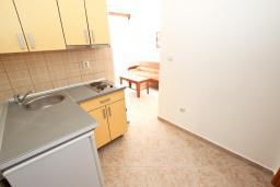 Кухня. Будванская ривьера, Черногория, Петровац : Апартаменты на 4+1 персон, 2 спальни, с видом на море