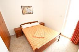 Спальня. Будванская ривьера, Черногория, Петровац : Апартаменты на 4+1 персон, 2 спальни, с видом на море