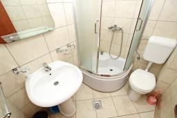 Ванная комната. Будванская ривьера, Черногория, Петровац : Апартаменты на 4+1 персон, 2 спальни, с видом на море