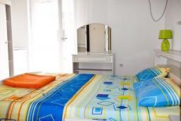 Спальня. Будванская ривьера, Черногория, Петровац : Апартамент c видом на сад в 300 метрах от моря