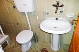 Ванная комната. Будванская ривьера, Черногория, Петровац : Апартамент c видом на сад в 300 метрах от моря