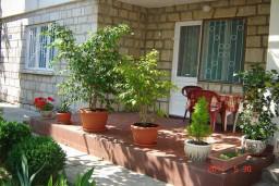 Терраса. Будванская ривьера, Черногория, Будва : Апартамент с 3-мя спальнями, на 7 человек, на 1-м этаже дома с собственным огороженным участком, 100 метров от моря.