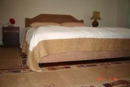 Спальня. Будванская ривьера, Черногория, Будва : Апартамент с 3-мя спальнями, на 7 человек, на 1-м этаже дома с собственным огороженным участком, 100 метров от моря.