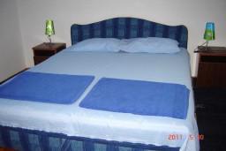 Спальня 2. Будванская ривьера, Черногория, Будва : Апартамент с 3-мя спальнями, на 7 человек, на 1-м этаже дома с собственным огороженным участком, 100 метров от моря.