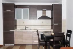 Кухня. Бечичи, Черногория, Бечичи : Апартамент с отдельной спальней, с балконом и видом на море