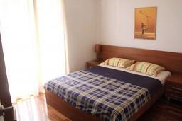 Спальня. Бечичи, Черногория, Бечичи : Апартамент с отдельной спальней, с балконом и видом на море