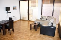 Гостиная. Рафаиловичи, Черногория, Рафаиловичи : Апартамент для 5 человек, 2 отдельных спальни, 50 метров до пляжа