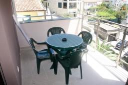 Балкон. Рафаиловичи, Черногория, Рафаиловичи : Апартамент для 5 человек, 2 отдельных спальни, с балконом видом на море, 50 метров до пляжа