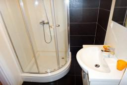 Ванная комната. Рафаиловичи, Черногория, Рафаиловичи : Апартамент для 5 человек, 2 отдельных спальни, с балконом видом на море, 50 метров до пляжа
