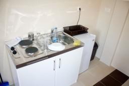 Кухня. Рафаиловичи, Черногория, Рафаиловичи : Апартамент для 5 человек, 2 отдельных спальни, с балконом видом на море, 50 метров до пляжа