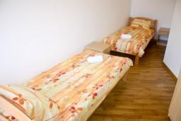 Спальня. Рафаиловичи, Черногория, Рафаиловичи : Апартамент для 5 человек, 2 отдельных спальни, с балконом видом на море, 50 метров до пляжа