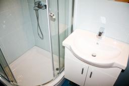 Ванная комната 2. Рафаиловичи, Черногория, Рафаиловичи : Апартамент для 5 человек, 2 отдельных спальни, с балконом видом на море, 50 метров до пляжа