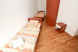 Спальня 2. Рафаиловичи, Черногория, Рафаиловичи : Апартамент для 5 человек, 2 отдельных спальни, с балконом видом на море, 50 метров до пляжа