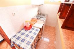 Кухня. Будванская ривьера, Черногория, Петровац : Апартамент с отдельной спальней, с видом на море