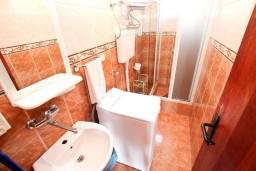 Ванная комната. Будванская ривьера, Черногория, Петровац : Апартамент с отдельной спальней, с видом на море