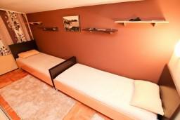 Спальня. Будванская ривьера, Черногория, Петровац : Апартамент для 4-5 человек, 2 отдельные спальни, с видом на море