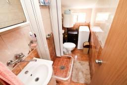 Ванная комната. Будванская ривьера, Черногория, Петровац : Апартамент для 4-5 человек, 2 отдельные спальни, с видом на море