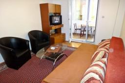 Гостиная. Будванская ривьера, Черногория, Будва : Апартамент с отдельной спальней в 200 метрах от моря