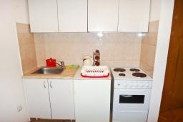 Кухня. Будванская ривьера, Черногория, Будва : Апартамент с отдельной спальней в 200 метрах от моря