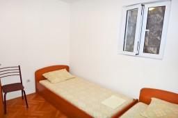 Спальня. Будванская ривьера, Черногория, Будва : Апартамент с отдельной спальней в 200 метрах от моря