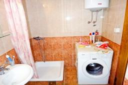Ванная комната. Будванская ривьера, Черногория, Будва : Апартамент с отдельной спальней в 200 метрах от моря