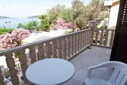 Балкон. Будванская ривьера, Черногория, Рафаиловичи : Студия с балконом с видом на море возле пляжа