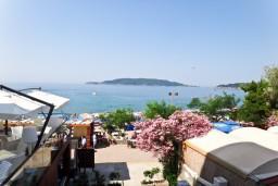 Вид на море. Будванская ривьера, Черногория, Рафаиловичи : Студия с балконом с видом на море возле пляжа