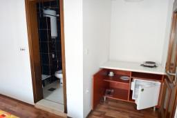 Студия (гостиная+кухня). Будванская ривьера, Черногория, Рафаиловичи : Студия с балконом в 5 метрах от моря