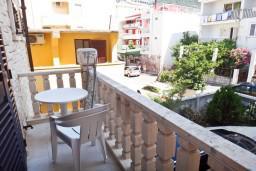 Балкон. Будванская ривьера, Черногория, Рафаиловичи : Студия с балконом в 5 метрах от моря