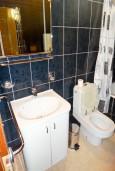 Ванная комната. Будванская ривьера, Черногория, Рафаиловичи : Студия с балконом с видом на море возле пляжа