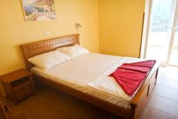 Спальня. Бечичи, Черногория, Бечичи : Апартамент с отдельной спальней на вилле с бассейном