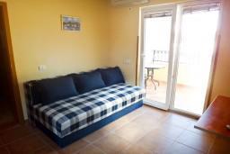 Гостиная. Бечичи, Черногория, Бечичи : Апартамент с отдельной спальней на вилле с бассейном