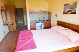 Студия (гостиная+кухня). Бечичи, Черногория, Бечичи : Студия с балконом с видом на море на вилле с бассейном