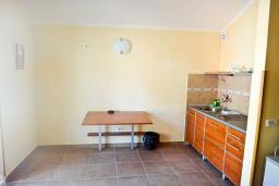 Кухня. Бечичи, Черногория, Бечичи : Апартамент с отдельной спальней в Бечичи на вилле с бассейном