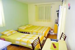 Студия (гостиная+кухня). Будванская ривьера, Черногория, Будва : Студия с балконом в 500 метрах от моря