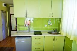 Кухня. Будванская ривьера, Черногория, Будва : Студия с балконом в 500 метрах от моря