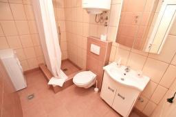 Ванная комната. Рафаиловичи, Черногория, Рафаиловичи : Апартамент 2 спальни на берегу Рафаиловичей