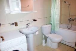 Ванная комната. Рафаиловичи, Черногория, Рафаиловичи : Студия в 70 метрах от моря