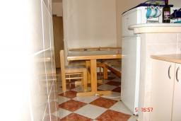 Обеденная зона. Рафаиловичи, Черногория, Рафаиловичи : Апартамент с отдельной спальней, 70 метров до моря
