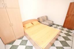 Спальня. Рафаиловичи, Черногория, Рафаиловичи : Апартамент с отдельной спальней, 70 метров до моря