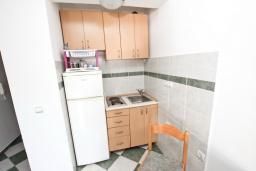 Кухня. Рафаиловичи, Черногория, Рафаиловичи : Апартамент с отдельной спальней, 70 метров до моря